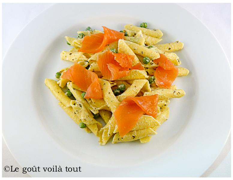 Garganelli au saumon fumé, crème de pesto et petits pois