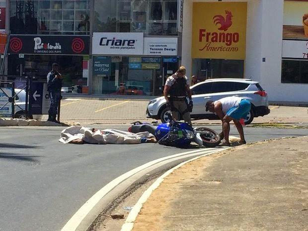 Acidente matou policial da reserva no centro de Lauro de Freitas (Foto: Wenderson Silva)