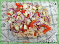 Insalata con cipolla, pomodori, cetrioli, tonno e  uova sode
