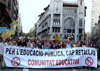 Profes, AMPA's y alumnos en la enésima mani en #BCN contra los recortes en educación / #Mareagroga #SOSEducació