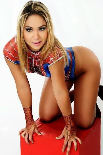 A modelo gostosa Sthefane Lomeu em ensaio sensual de Mulher Aranha