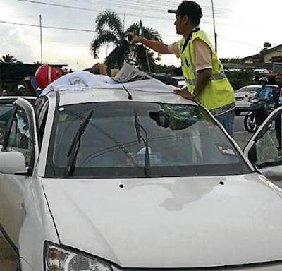 Remaja maut tercampak atas bumbung kereta, mangsa, Muhammad Elfie Farhan Mohd Nasir, 18, meninggal dunia di tempat kejadian akibat parah di kepala dan mayatnya dibawa ke Hospital Universiti Sains Malaysia (HUSM) Kubang Kerian sebelum dituntut ahli keluarganya untuk dikebumikan, Seorang remaja lelaki berusia 18 tahun menemui ajal di atas bumbung kereta apabila motosikal ditunggangnya berlanggar sebuah kereta di hadapan Masjid Al-Taqwa, Paya Bemban, Jalan Hospital, di sini, semalam, Mohd Nasir Zaminuddin, 39, berkata, dia dimaklumkan kejadian itu oleh anak sulungnya ketika dalam perjalanan untuk berniaga di pasar,