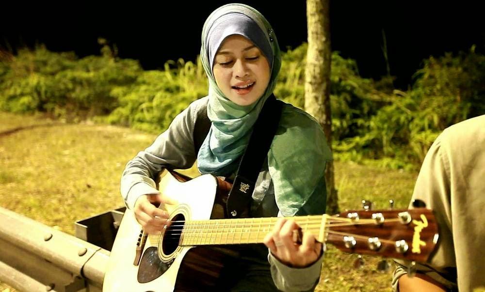 Bukan Islam Bentang Sejadah untuk Heliza