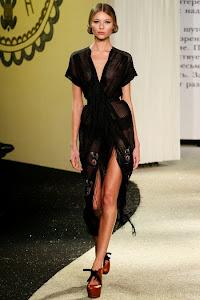 robe noire sexy fluide en soie portée par un mannequin au défilé haute couture à paris de la styliste russe Ulyana Sergeenko