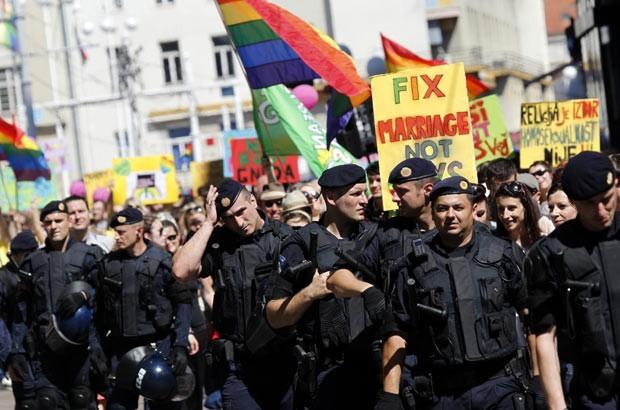 Policiais fazem a segurança de manifestantes durante Parada do Orgulho LGBT em Zagreb, na Croácia, neste sábado (16) (Foto: Antonio Bronic/Reuters)