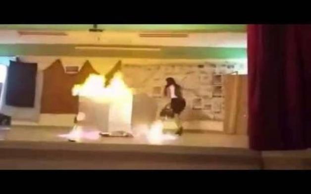 Σοκαριστικό βίντεο: Μαθήτριες παίρνουν φωτιά κατά τη διάρκεια σχολικής παράστασης