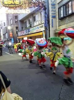 中板橋商店街を練り歩く踊り手たちの写真
