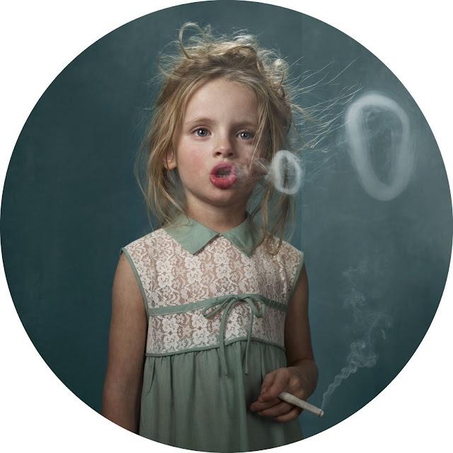 Frieke Janssen, Smoking Kids - Lille pige ryger og blæser røgringe
