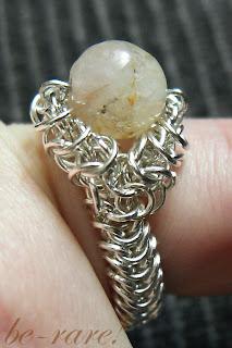 pierścionek handmade chainmaille na palcu