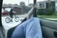 Cum cazi din masina