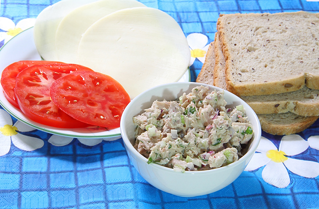 Салат из тунца, запечный на тосте.