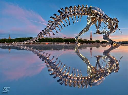 フィリップ·パスクアが制作した巨大なクロームのT-レックスが、パリのセーヌ川に展示されている不思議。