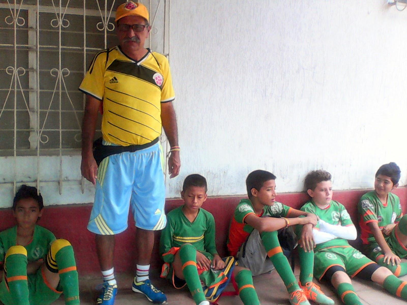 José Rodolfo Alba Rodríguez, junto a deportistas descansando Foto Félix Contreras de ATALAYA Y SU GENTE OngAE