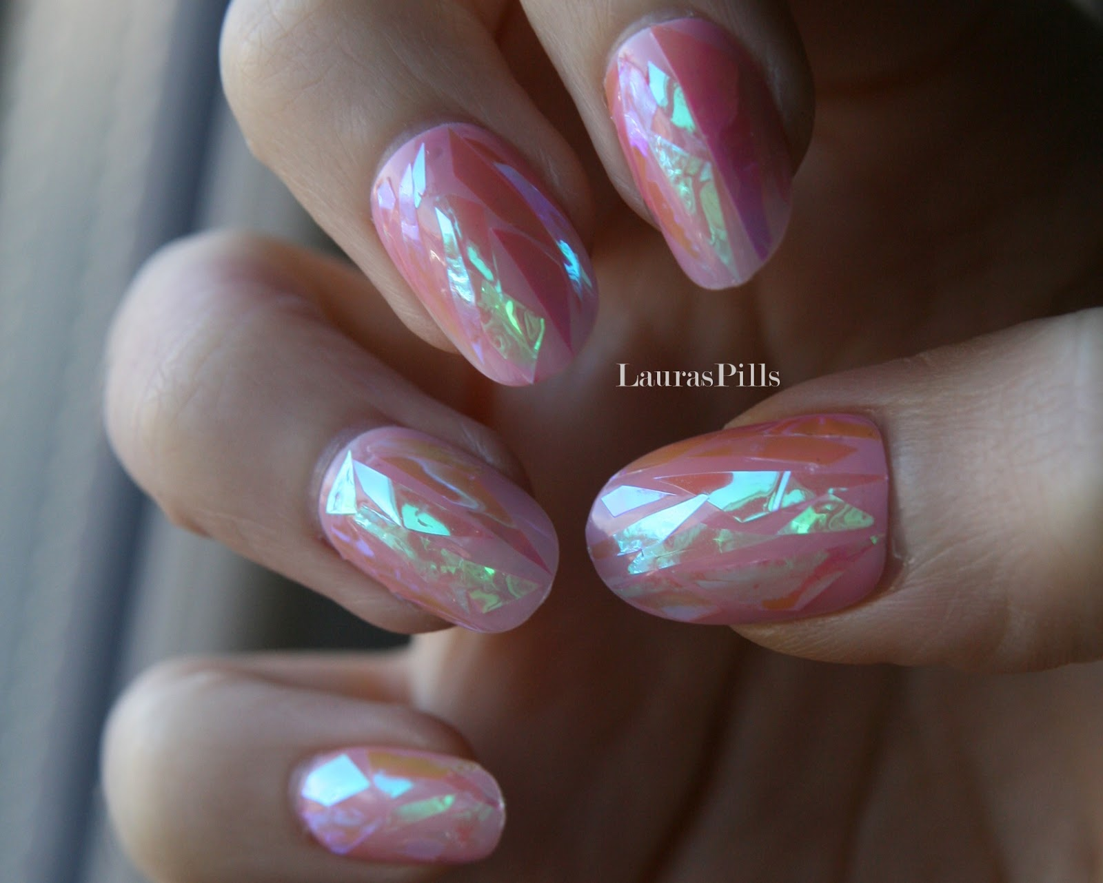Laura\'s Pills: Shattered glass nail trend!