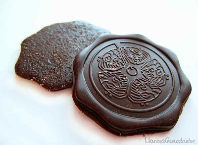 Selbstgemachte Zartbitterschokolade Taler mit Lavendelzucker