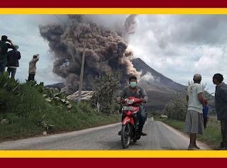 """Cerca de 10 mil pessoas foram já retiradas pelas autoridades dos arredores do vulcão do monte Sinabung, na ilha indonésia de Samatra. """"Existe risco de avalanches, seguidas de rios de lava e cinza num raio de sete quilómetros no sul e leste da colina"""", explicou Sutopo Purwo Nugroho, porta-voz da Agência para Gestão de Desastres da Indonésia. O vulcão despertou pela primeira vez em 2010, depois de 400 anos adormecido. Desde então tem tido erupções ocasionais, sendo a mais mortíefera a de fevereiro de 2014, em que morreram 16 pessoas."""
