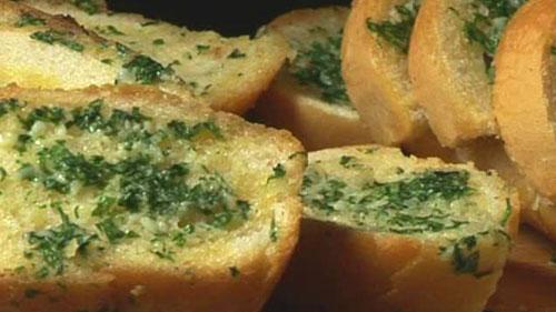 طريقة عمل خبز الثوم والبقدونس المقرمش