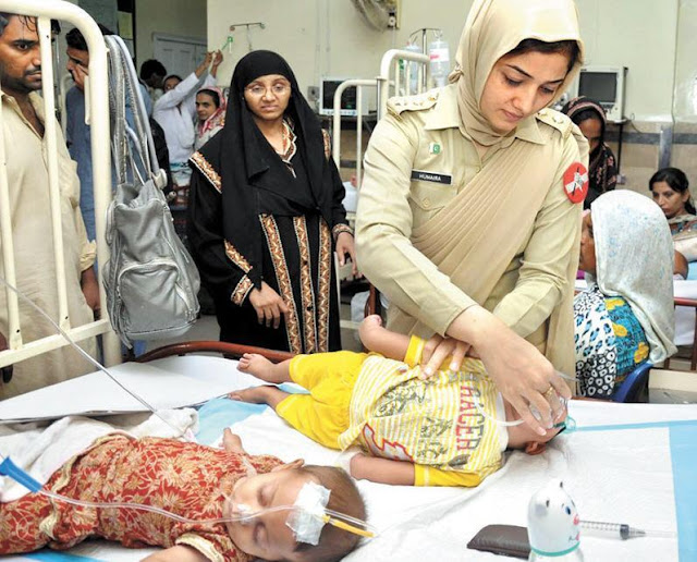 Pakistan Army Lady Doctor Performs Duty In a Hospital Photo