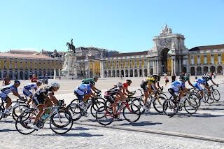 El pelotón de la Volta a Portugal pasa por la Plaza del comercio de Lisboa en la última etapa 2012