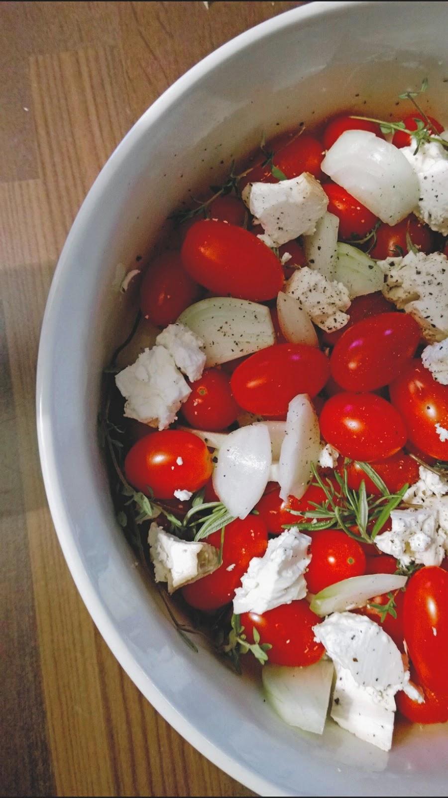 Ei selittelyjä ja lämmin tomaatti-savufetasalaatti