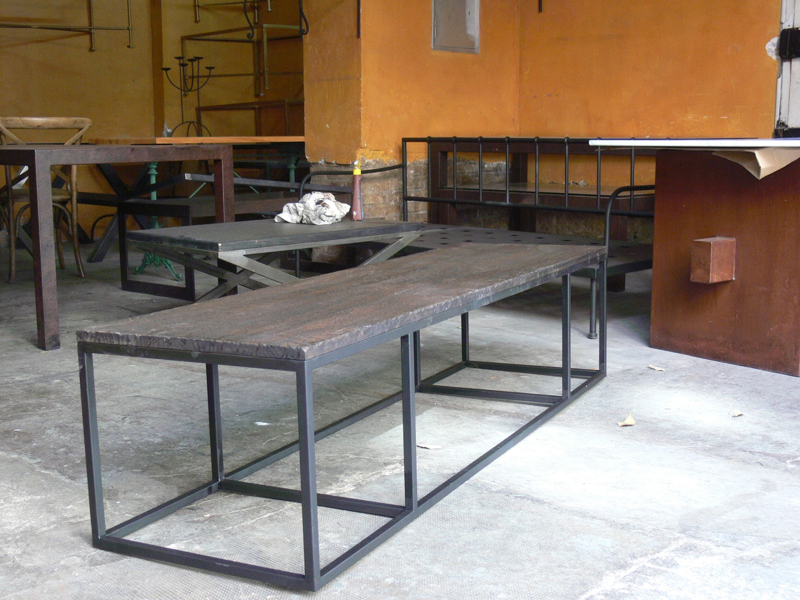 Mesas y sillas en metal de estilo industrial en hierro y for Mesas estilo industrial