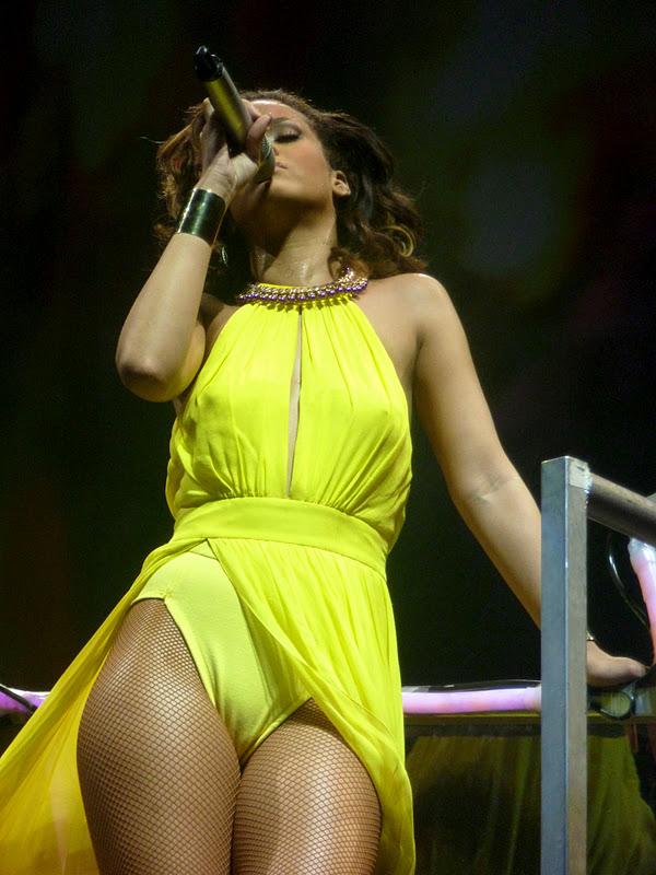 Upskirt Celebs: Rihanna's camel toe