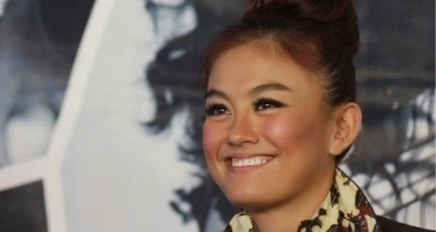 Agnes Monica Berpakaian Tradisional Indonesia Yang Menjolok Mata