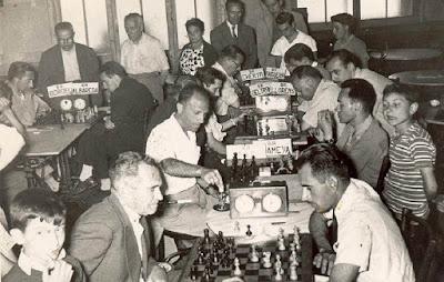 Josep Miquel Ridameya i Tatché jugando al ajedrez en La Pobla de Lillet