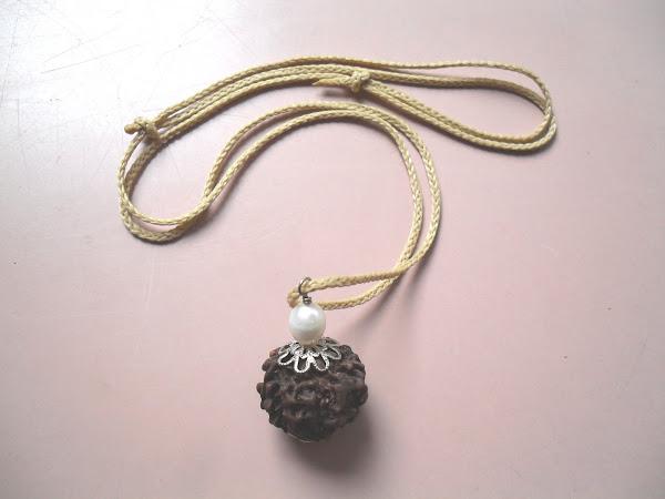 Rudraksha individual con perla de río.