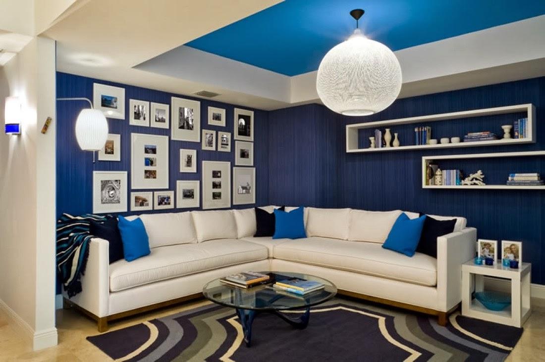 Diseño de sala primaveral decorada con paredes azules y muebles