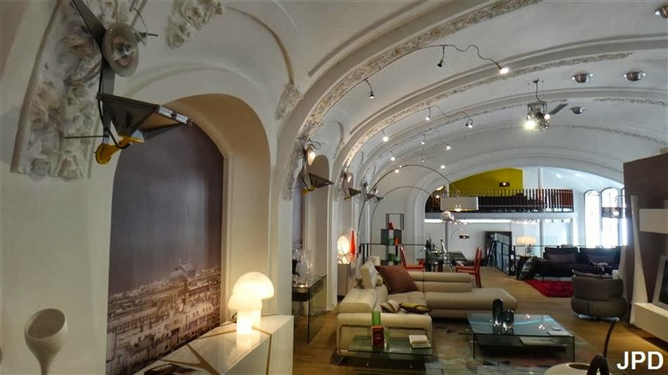 paris bise art d 39 alexandre dumas aux meubles roche bobois le grand th tre parisien. Black Bedroom Furniture Sets. Home Design Ideas