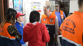 Secretário de Defesa Civil, cel. Roberto Silva, dá instruções aos funcionários da pasta