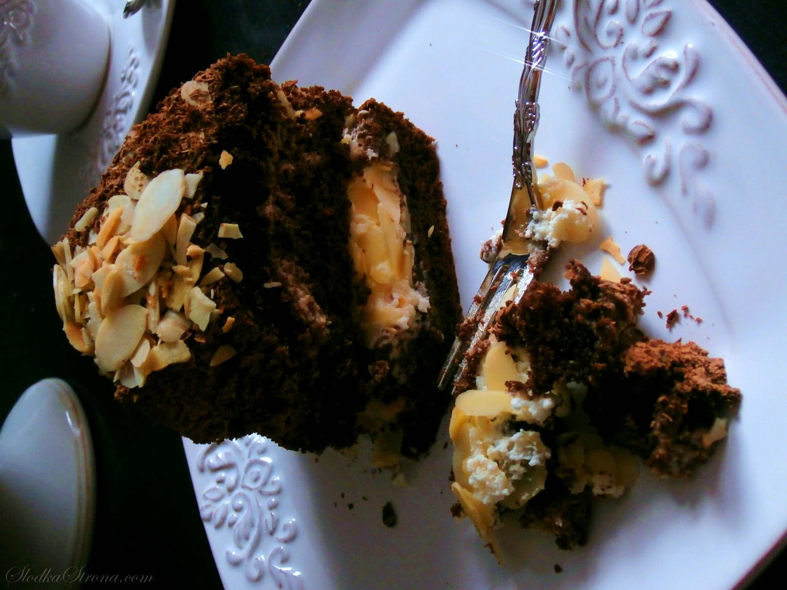 Tort Czekoladowy z Straciatellą z Migdałami - Przepis - Słodka Strona