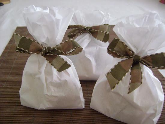 saquinhos de papel com biscoitinhos recheados com ganache de chocolate