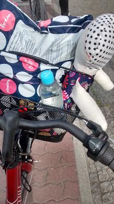 Runzelfuesschen Fahrradkorbinhalt Rad fahren mit Kleinkind
