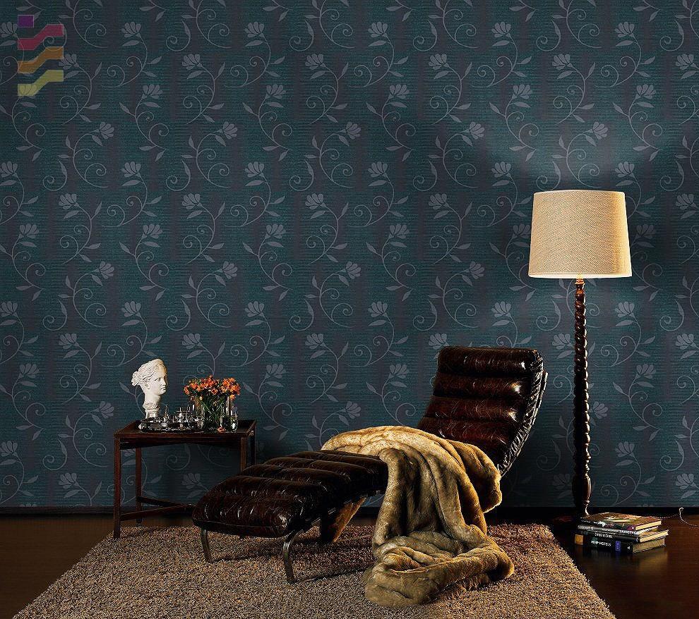 stylowy salon z ciemną tapetą w kwiaty
