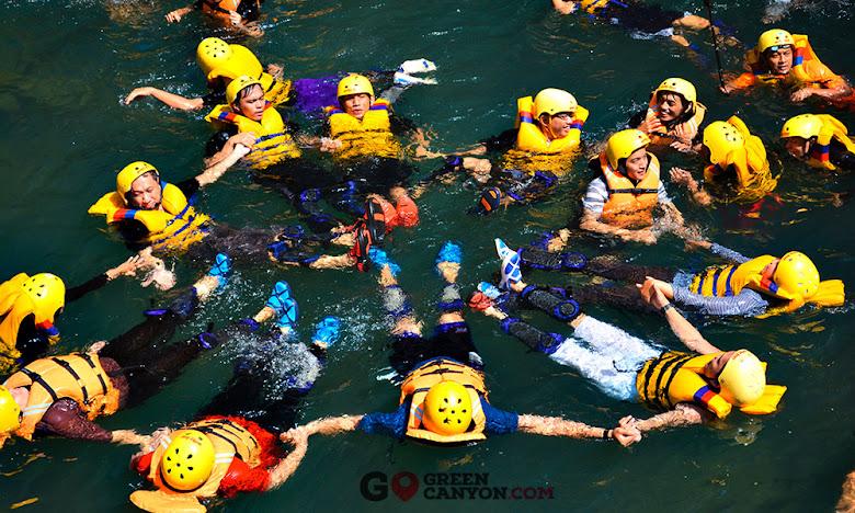 serunya wisata body rafting di Green Canyon