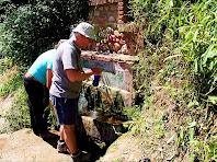 Omplint aigua a la Font de Sant Cristòfol. Autor: Carlos Albacete