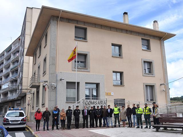 plantilla de la comisaria de Policia Nacional de Béjar en la fachada guardando un minuto de silencio