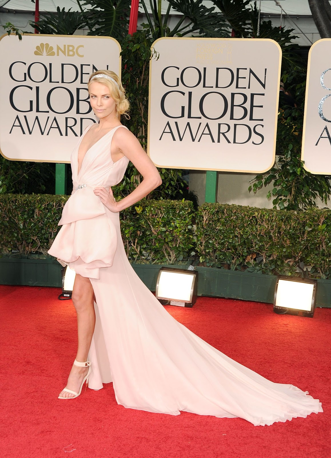 http://2.bp.blogspot.com/-wj2O13YBquc/TxSnTeKL3vI/AAAAAAAAAD0/PK4CiG4YFrs/s1600/charlize_theron_69th_annual_golden_globe_awards_in_beverly_hills_january_15_2012_GWezxNd.jpg
