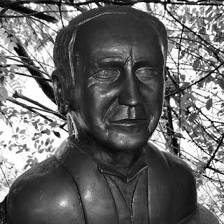 Busto de Thomas Edison: cientista estadunidense. Inventou a lâmpada incandescente.
