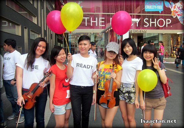 Some of the bloggers present took the chance to snap a photo with the performers and colourful balloons