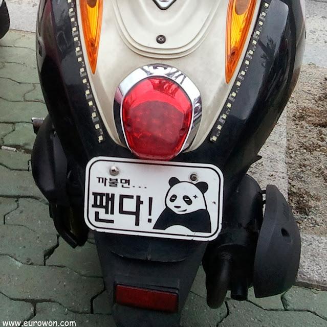Moto coreana con matrícula panda
