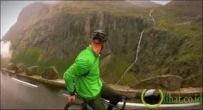 Turun Gunung, Seorang Pria Naik Sepeda Mundur