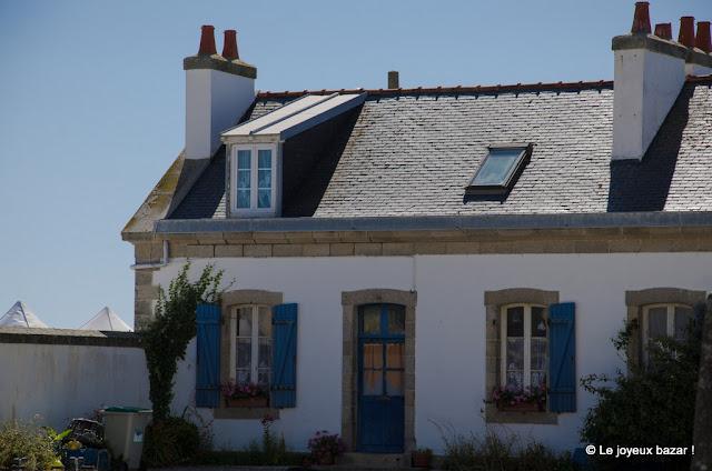 Bretagne - maison aux volets bleus - près d'Eckmül