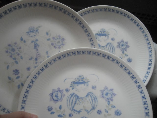 I snagged these three plates for a dollar at a garage sale but they are in faded crazed condition. I keep telling myself to stop purchasing imperfect stuff ... & Six Balloons Vintage Delights: Faded Figgjo Lotte Dishes