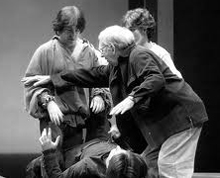 Miguel Narros dirigiendo en un ensayo, imagen para ilustrar un sueño donde soy elegido para representar el Don Juan Tenorio de José Zorrilla