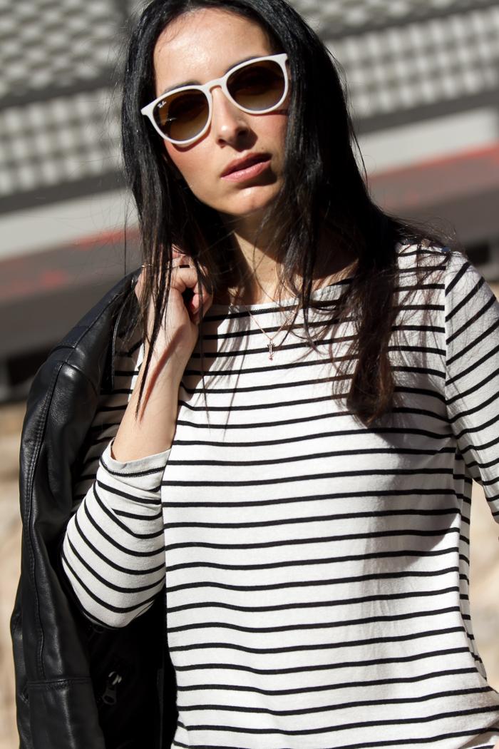 Blogger de moda valenciana con gafas de sol Ray Ban y collar de Tous