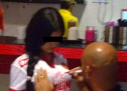Gadis yang minta tandatangan Pada Baju Oleh Pemain TRW Adalah Isterinya