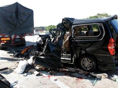 Hyundai Strex hancur rempuh lori
